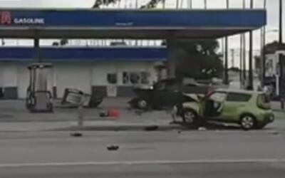 Choque de camioneta provoca incendio en gasolinería de Inglewood
