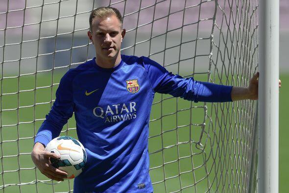 Para suplir los espacios dejados el Barcelona contrató al alemán Marc-An...