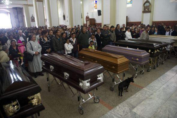 Los ataúdes de las diez víctimas de la matanza fueron llev...