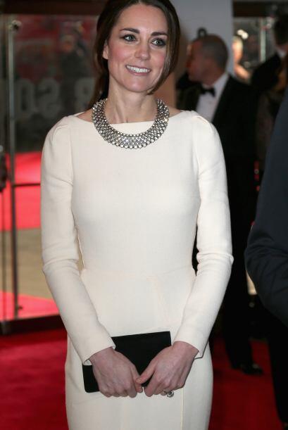 Kate Middleton lució un vestido entallado de Roland Mouret, que y...