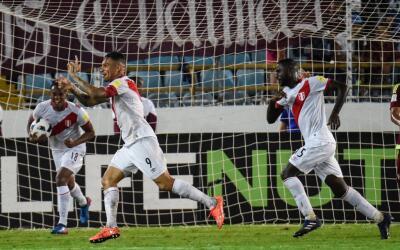 Perú festeja uno de sus goles ante Venezuela.