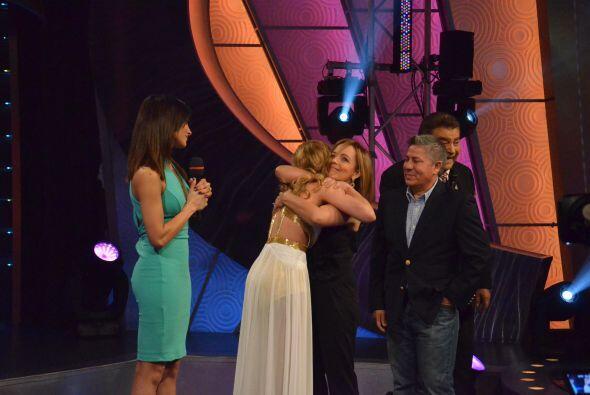 Fransuá no pudo contener su emoción y corrió a abrazar a sus padres quie...