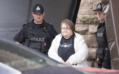 Elizabeth Tracey Mae Wettlaufer, acusada de ocho asesinatos, abandona la...
