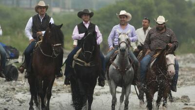 El Bronco toma posesión montado a caballo