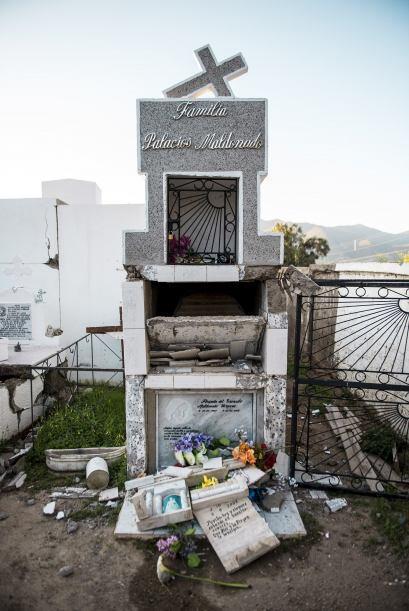 Vista de una tumba abierta tras las sacudidas en Illapel.