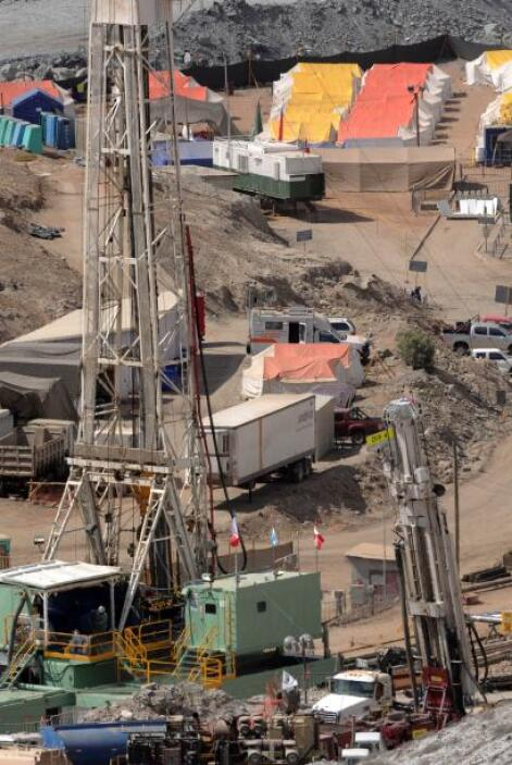 Las pistas de aterrizaje se encuentra en una colina adyacente a la mina...