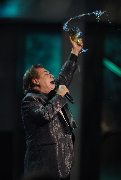 Juan Gabriel brindó con su público en el año 2009. Sin duda, esta es una...