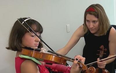 Niña cumple su sueño y toca el violín gracias a un brazo artificial