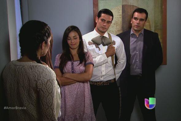 Omar se sorprende al ver a Rodolfo en la despedida de soltera de Natalia...
