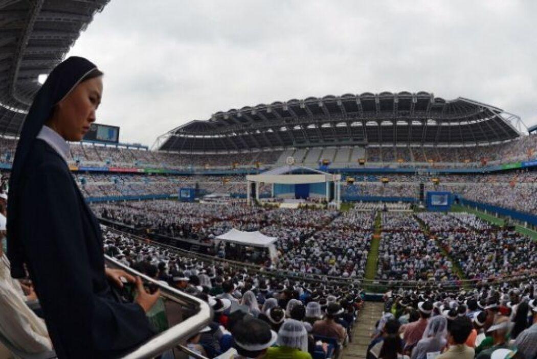El papa Francisco reunió a más de 50,000 personas en el estadio de la ci...