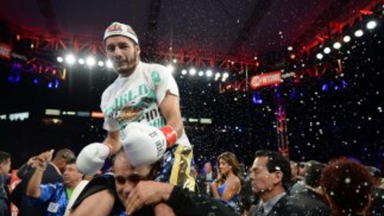 Jhonny González defenderá el título pluma contra Clive Atwell.
