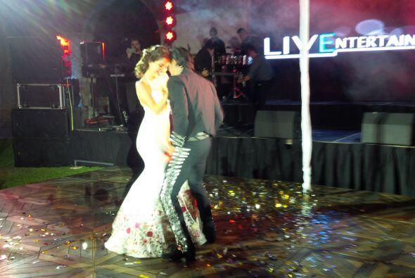 La pareja lució espectacular y motivó a todos los invitado...