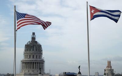 Las banderas de EEUU y Cuba ondean sobre un hotel en la Habana