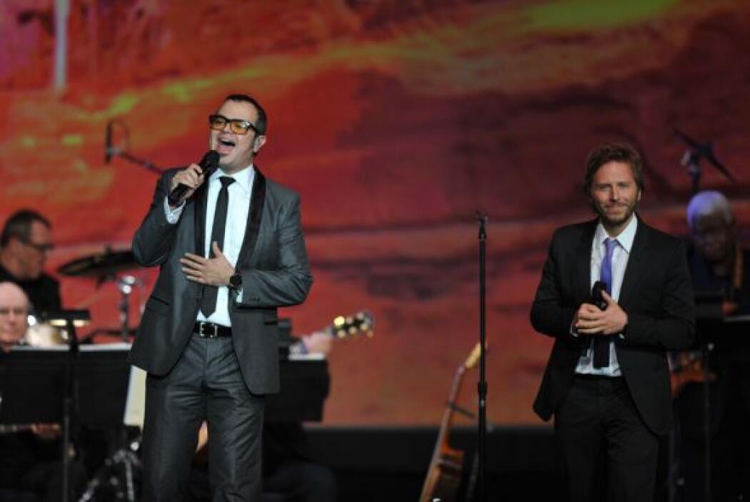Aleks Syntek y Noel Schjaris cantaron el éxito de Luis Fonsi 'Aquí estoy...