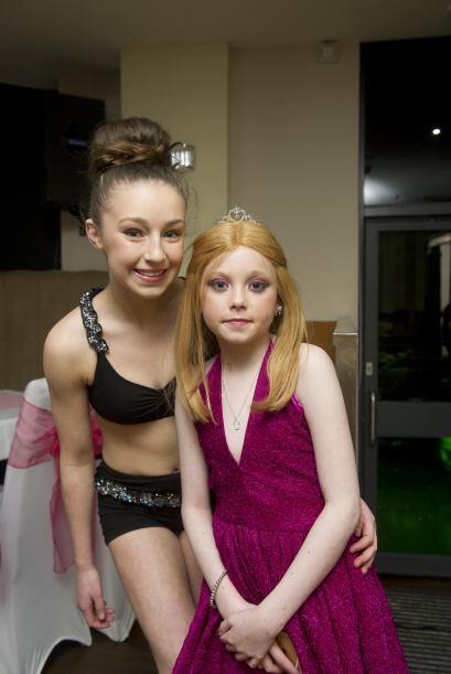 A Helena le gustó mucho y posó feliz al lado de la bailarina.