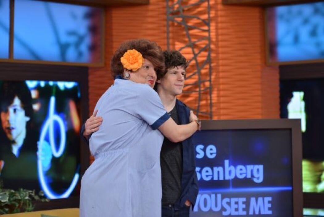 Jesse Eisenberg parecía un poco confundido con la efusividad de Doña Meche.