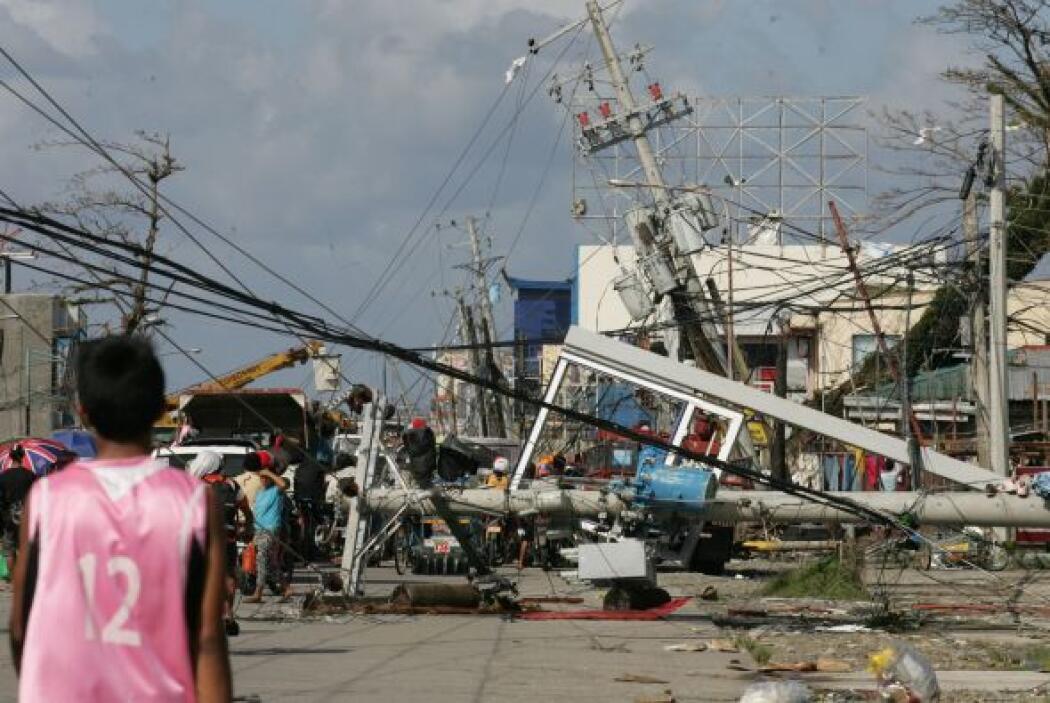 En esta imagen un menor observa de cerca la destrucción que dejó el fenó...