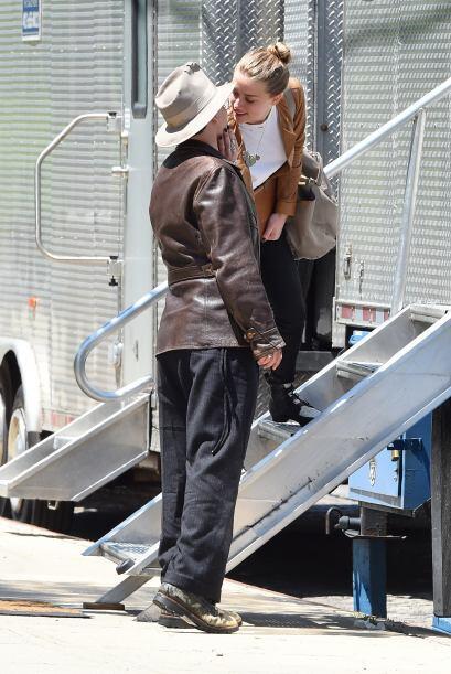 Con sus acostumbradas vestimentas Depp llegó de la mano con Amber...