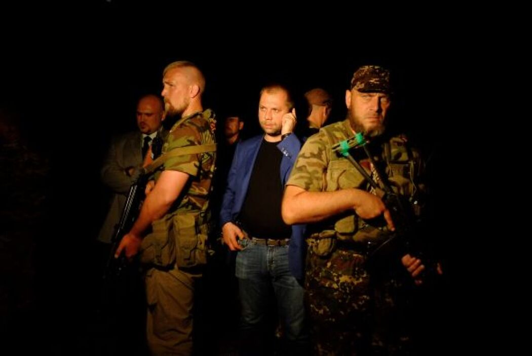 Rebeldes prorrusos vigilan desde ayer el área donde permanecen los resto...