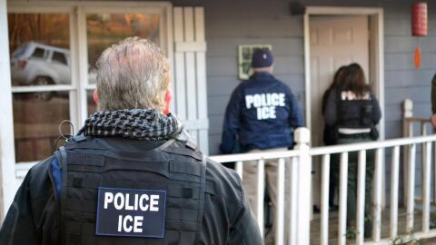 Agentes de ICE en busca de indocumentados.