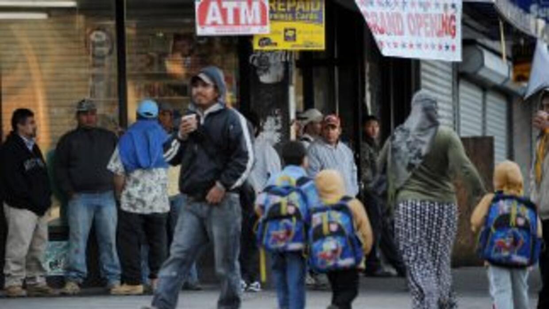 Cientos de inmigrantes hicieron sus casos de inmigración en los siete ce...