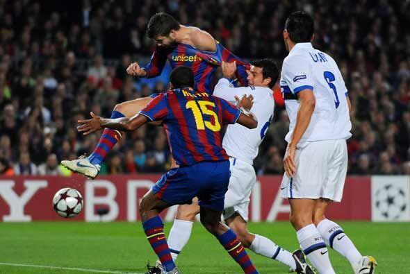 No pudieron parar a Piqué en esta jugado en la que marcó e...