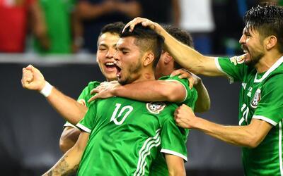 Golazo de 'Tecatito' Corona para el empate de México