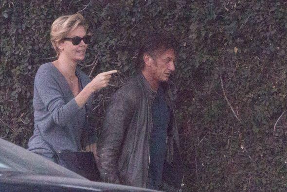 Charlize Theron y Sean Penn están muy unidos. Más videos d...