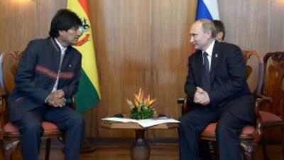 El presidente ruso, Vladimir Putin, habla con el presidente boliviano, E...