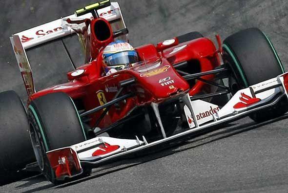 Alonso condujo su Ferrari sin mayores contratiempos para cruzar la meta...