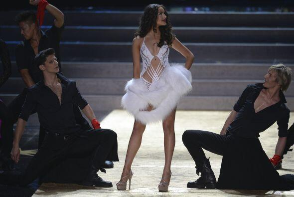 Olivia Culpo apareció en el escenario portando un traje de baño de un mi...