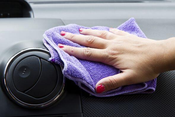 Pasa un trapo con desinfectante por todos los rincones del automóvil.