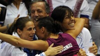 La italiana Flavia Pennetta (C) celebró con su equipo el triunfo sobre E...