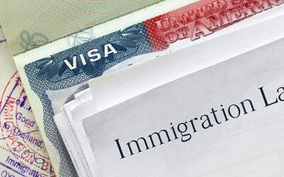 ¿Puede una compañía comprobar mi estatus migratorio?