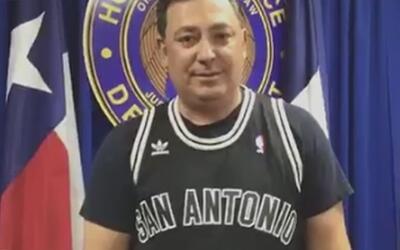 Pagó su apuesta el jefe de la policía de Houston luego de que los Rocket...