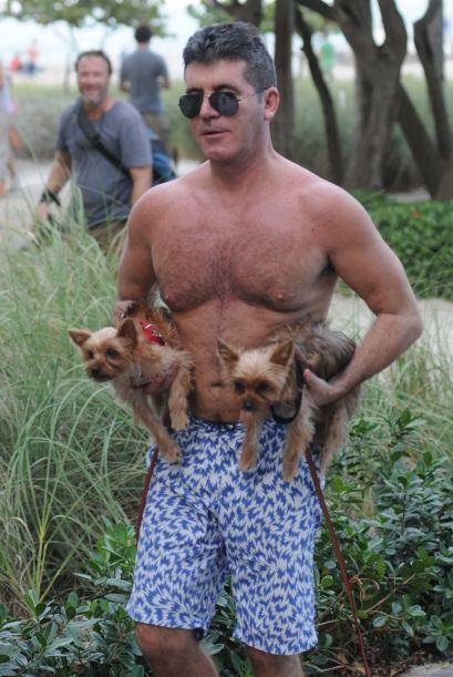 Simon paseaba a sus perritos.  Mira aquí los videos más chismosos.