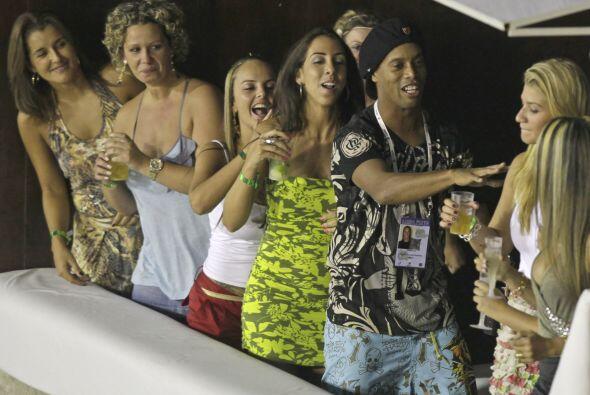 Mientras esperaba su turno para cambiar y desfilar Ronaldinho se entrete...