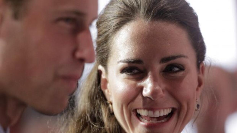 Amigos del príncipe aseguran que llena de detalles a su mujer.