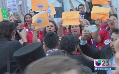 Manifestantes mantienen su apoyo a Bernie Sanders durante la Convención...