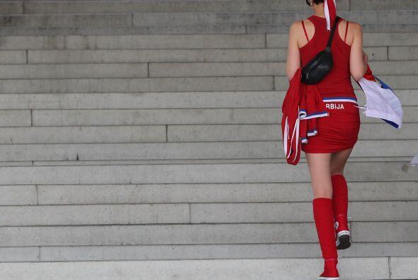 Bellas serbias llegando al estadio suizo St Gallen AFG Arena para apoyar...