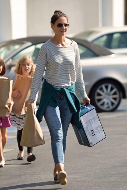 Las tres chicas llevaban varias bolsas de papel en las que venía...
