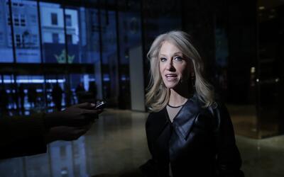 Kellyanne Conway habla con la prensa al llegar a la Torre Trump, Nueva Y...