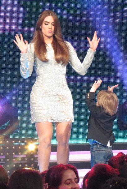 Mami enseñándole unos pasos al nene.