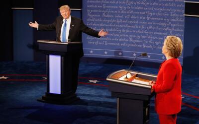 El candidato presidencial republicano Donald Trump y la demócrata...