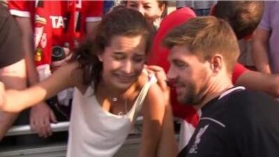 La chica tuvo la oportunidad de tomarse una foto con Gerrard y darle un...