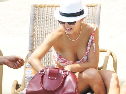 Un poquito más y la Boyer pierde el bikini.