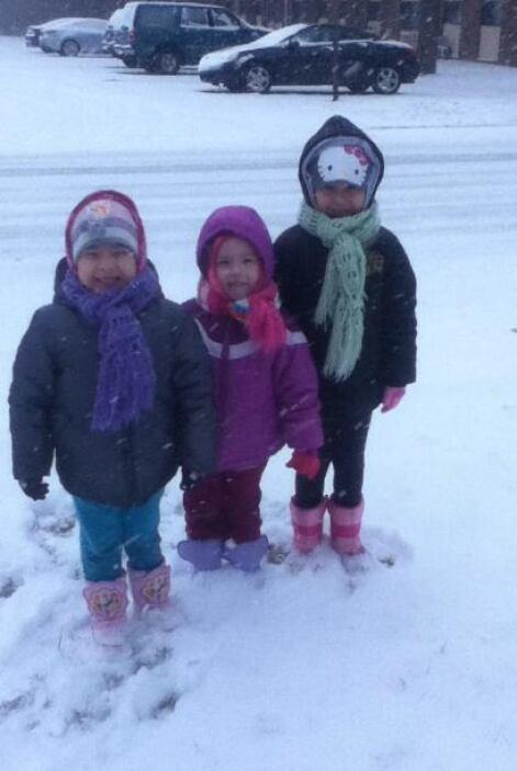Destiny, Daisy y Dulce Garay disfrutando de la nieve.