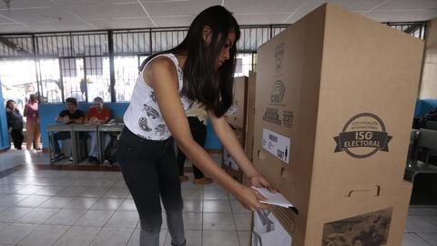 Ecuador salió a votar en una de las elecciones más reñidas en la histori...
