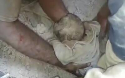 Bebé es rescatada de entre los escombros en Siria