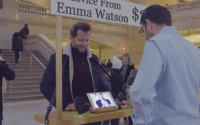 Emma Watson dando un consejo a un hombre en Grand Central Station, en Nu...